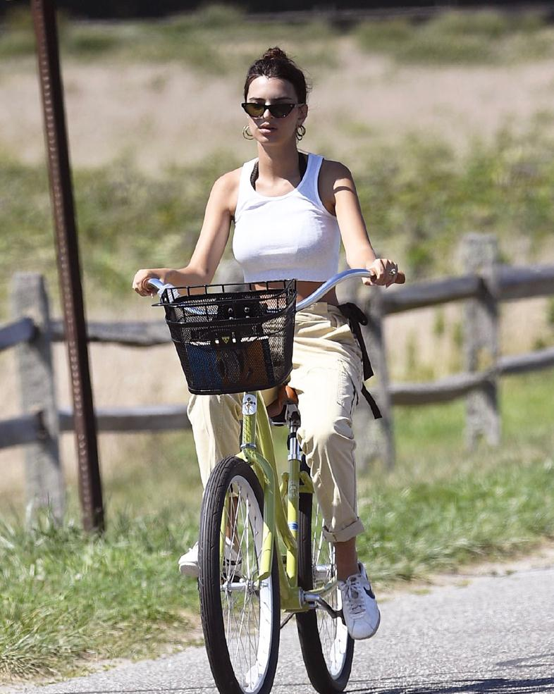 清纯女神!艾米丽·拉塔科夫斯基踩着自行车现身纽约海边新街拍