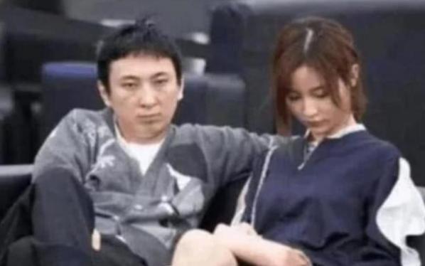 王思聪和谁合照都敢翘二郎腿妈妈也不例外,却在他面前像个乖宝宝