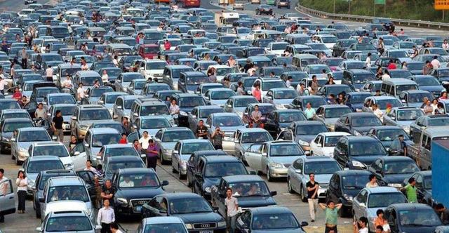 """北京四环堵车严重,新能源汽车贴字""""炫耀"""",燃油车车主怒了"""