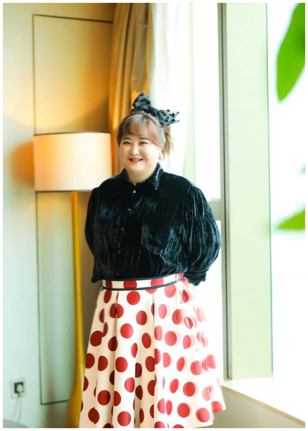 贾玲似乎有点一胖不可收拾了,尼龙上衣配波点裙完全看不到腰
