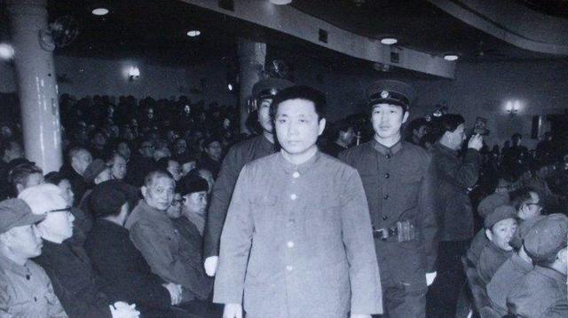 他38岁当上正国级,41岁被关进秦城监狱后,老家的房子被强拆