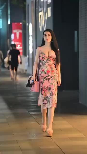 夜幕下的吊带印花裙
