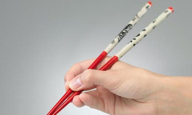 心理学:你拿筷子时用哪种姿势?测你将来挣大钱还是败家,准到哭
