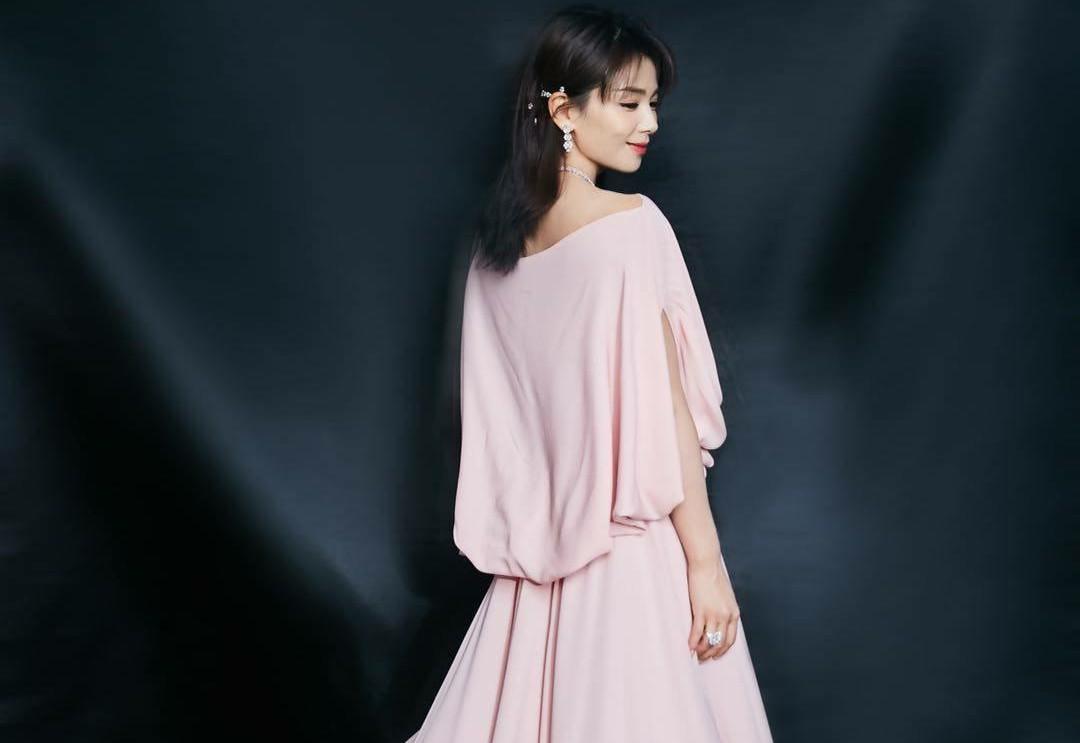 刘涛终于换风格了,粉色高位开叉长裙精致又高级,减龄性感两不误