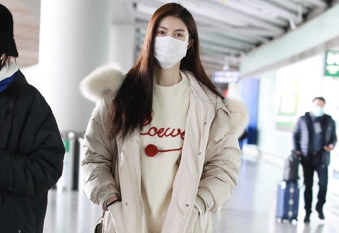 何穗的私服超有范,长款棉服配白色毛衣清新减龄,不愧为超级模特