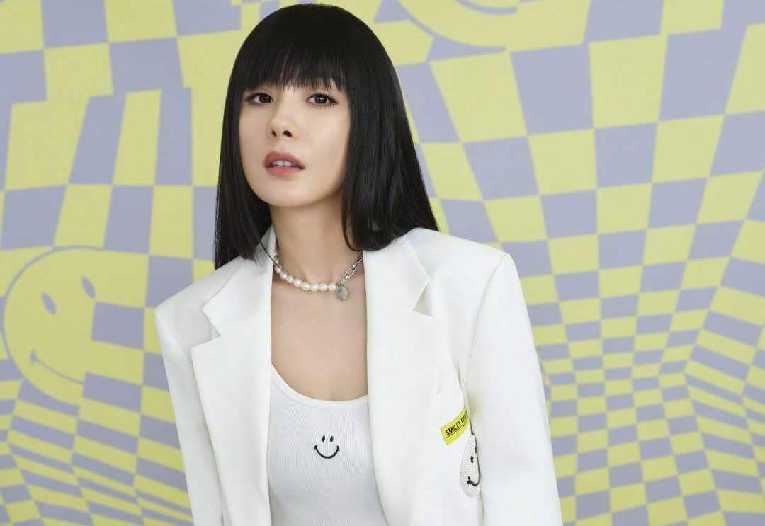 杨幂齐刘海造型上线,白西装配哈伦裤帅气养眼,黑长直成减龄神器