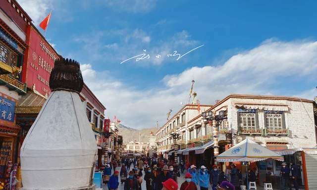 """实拍拉萨著名的""""八廓街"""",到处都是商铺,满大街都是旅拍的游客"""