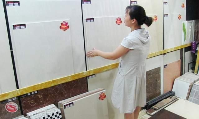 郑州一女子卧室瓷砖爆裂,只因隔壁养老院装修时打穿墙壁