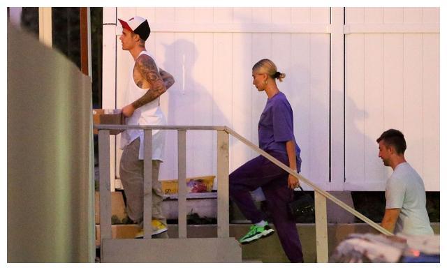 比伯穿白背心简约休闲,海莉一身紫色运动套装时尚潮流