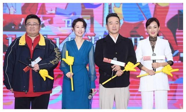 刘敏涛跟牛莉同台比美,相差3岁的气质之争,你更喜欢谁?