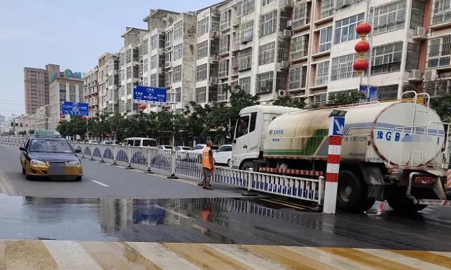 河南卫辉:洒水车司机与环卫工人当街开骂!真是大水冲了龙王庙