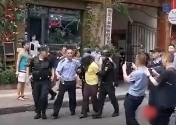 四川男子持刀挟持4岁女童,特警突袭上前制服
