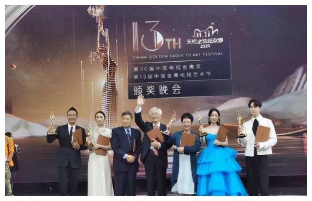 倪萍在金鹰节的小失误,质疑奖项公平性