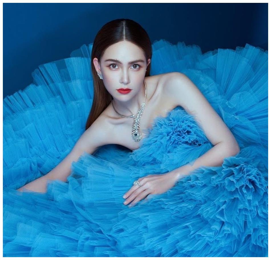 天王嫂昆凌穿天空蓝纱裙美艳绝伦,造型超经典,周杰伦都看直了眼