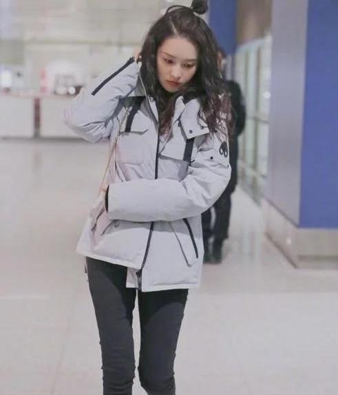 铅笔腿的李沁紧身裤现身,颜值和身材很在线,很喜欢!