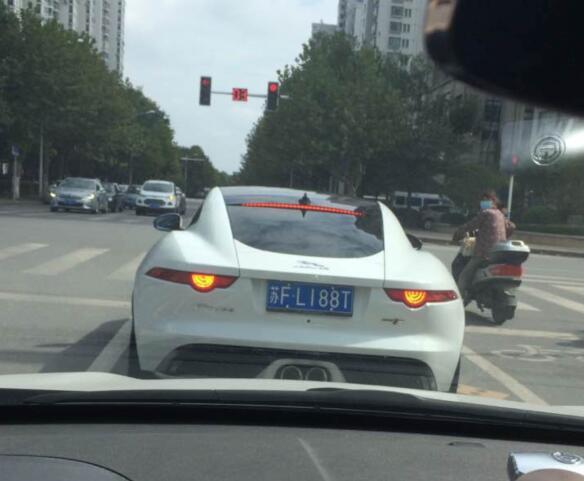 南通如东县街头实拍捷豹F-type跑车,外观造型颇为拉风!