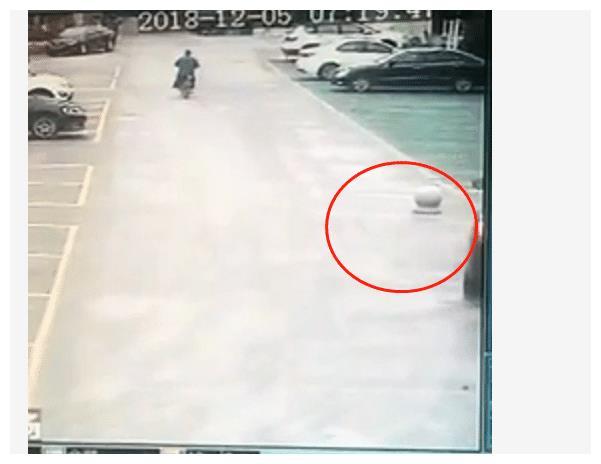 男子停车场内超速,撞飞水泥路障,车虽没坏却赔了1万