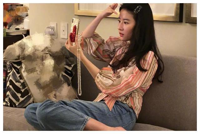刘亦菲窝在沙发自拍,坐姿随意毫无明星包袱,周围环境杂乱引热议
