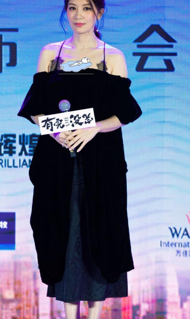 贾静雯越老越懂时尚,一袭吊带礼裙秀身材,曲线迷人令人心动