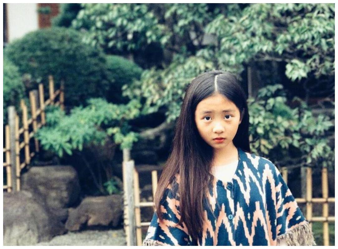 别再说黄多多早熟,看到章子怡14岁继女,网友:还以为是个网红