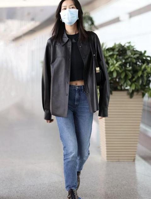皮质衬衫有多时髦?刘雯穿它配牛仔裤,又美又飒高级感十足