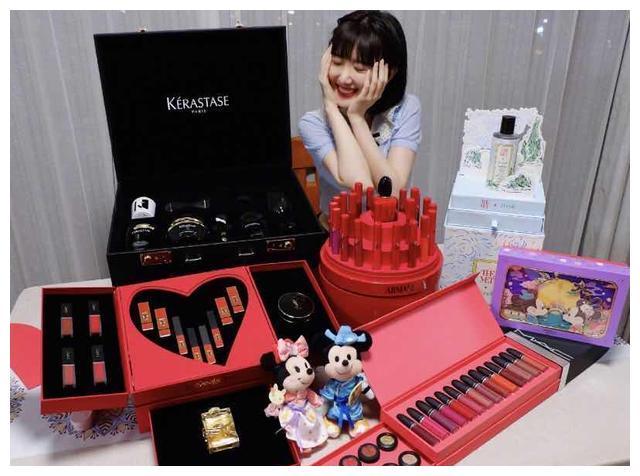 毛晓彤晒照,满满口红礼盒中的情侣玩偶亮了,迪士尼太会来事了