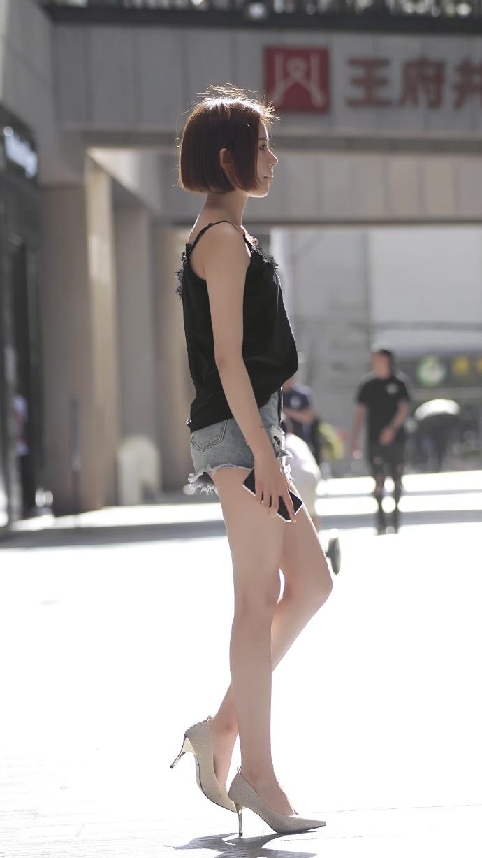 街头的短发美女,热裤吊带很是性感美丽呀。