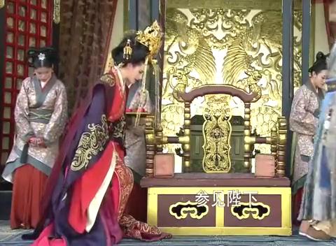 皇上正要回寝,不料被宫女的项链闪到眼睛,意外发现她的倾城容颜
