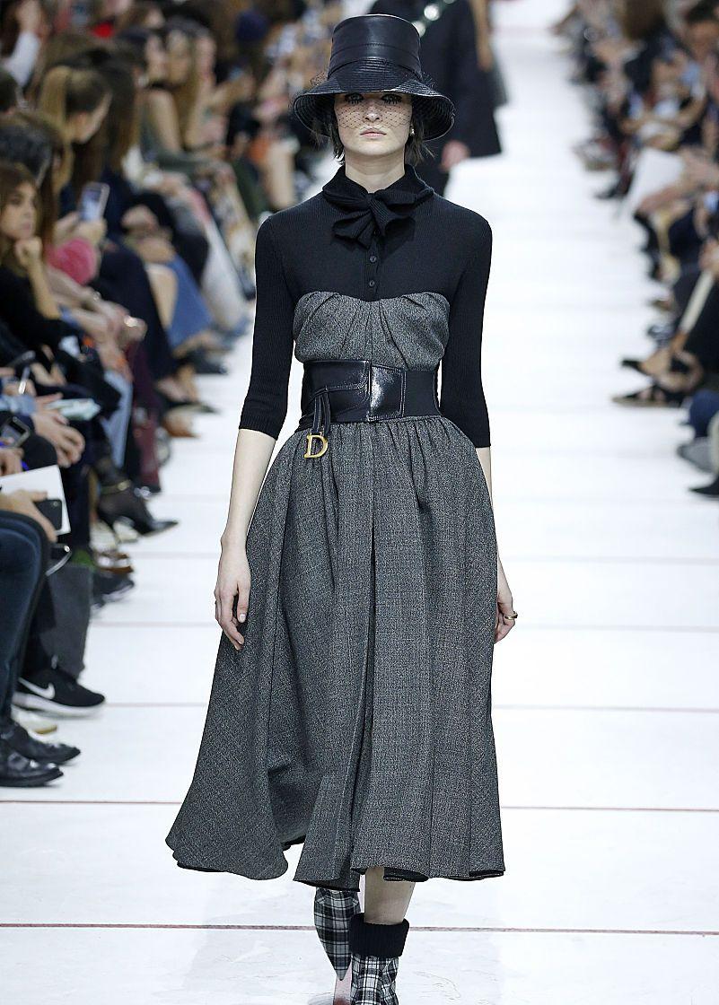 裴秀智穿搭:Dior毛呢抹胸裙内搭针织衫宽腰封似小公举