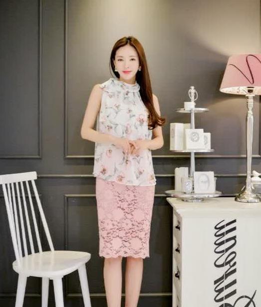 白色碎花上衣搭配粉色半身裙,温柔又清新