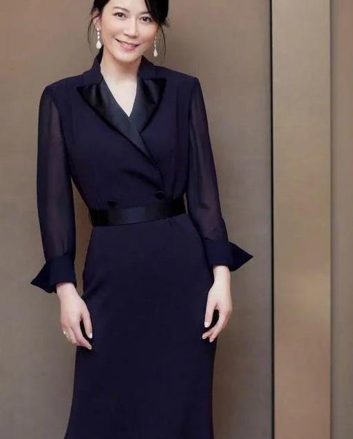 俞飞鸿气质太好了,精致深蓝色长袖西装连衣裙,穿出优雅大方