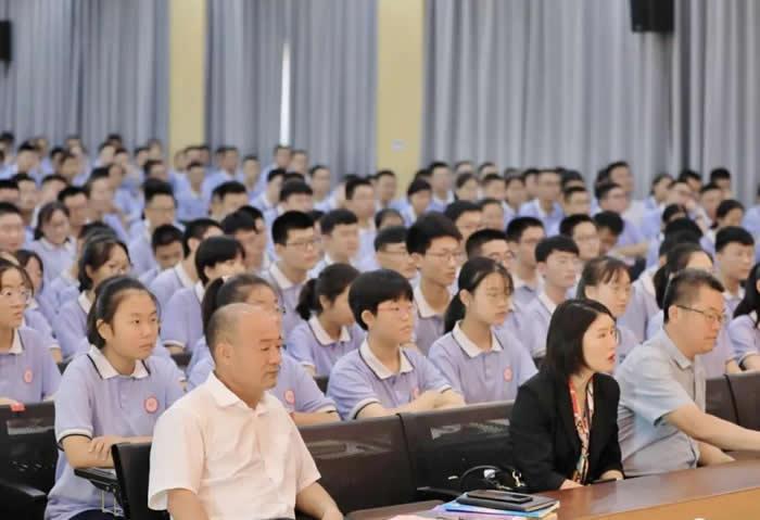 分享拼搏历程,激励榴乡学子——北大学生张桓瑀报告会在28中举行