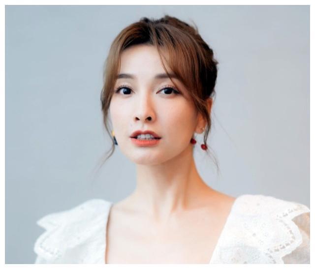 吴昕被曝退出《快本》,微博认证已改动,何炅已找新人顶替位置?