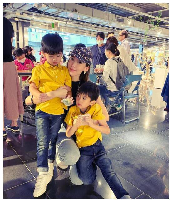 陈若仪陪儿子参加绘画活动,宛如姐姐,双生子软萌可爱神似林志颖