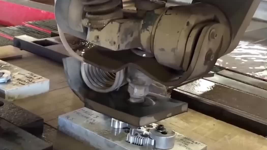 你没见过的激光切割加工,很厚的钢板也很容易被切透