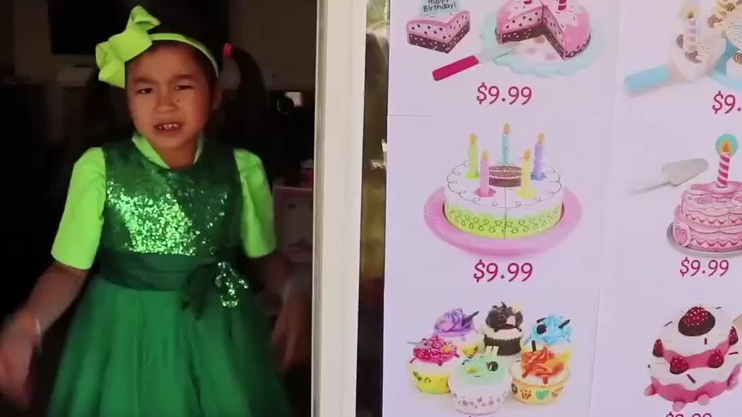 外国小萝莉的趣味生日,各种特色的蛋糕,最终能挑到满意的吗?