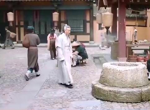 老头要投井自杀,没想到跳完大伙都看愣了,老头是神人啊!