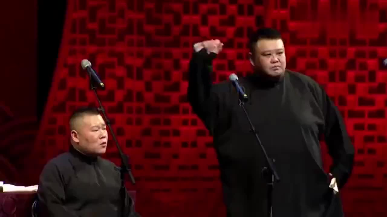 岳云鹏在台上抖机灵,结果叫孙越一巴掌拍倒在地,观众大笑