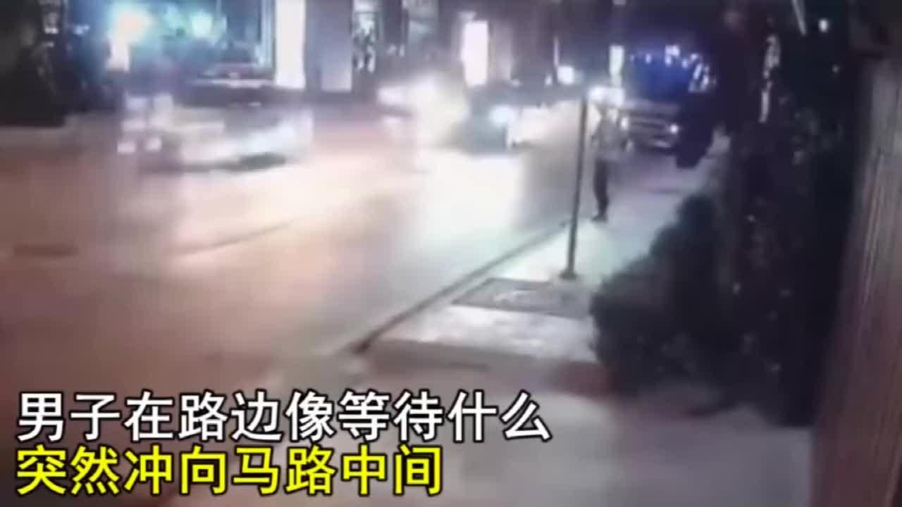 男子作死碰瓷赖在马路中央不走要不是视频谁信