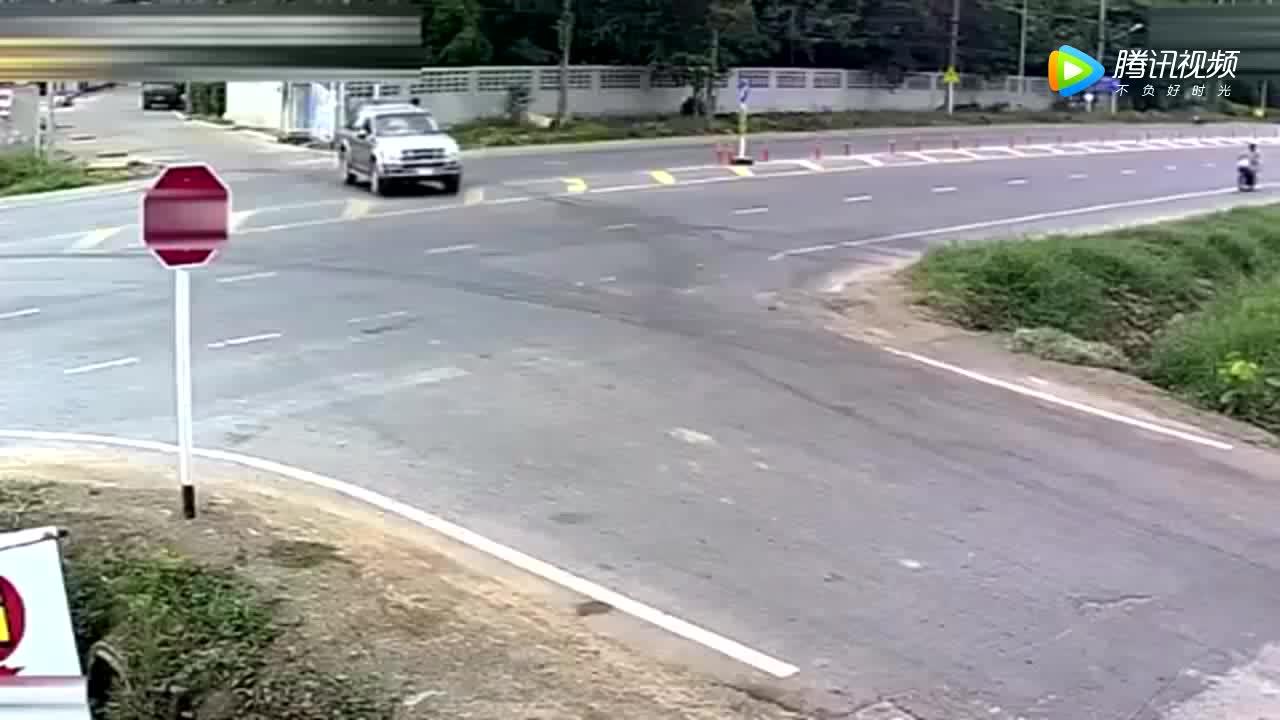 高速行驶的摩托车抢道皮卡车害的自己一头扎进绿化带