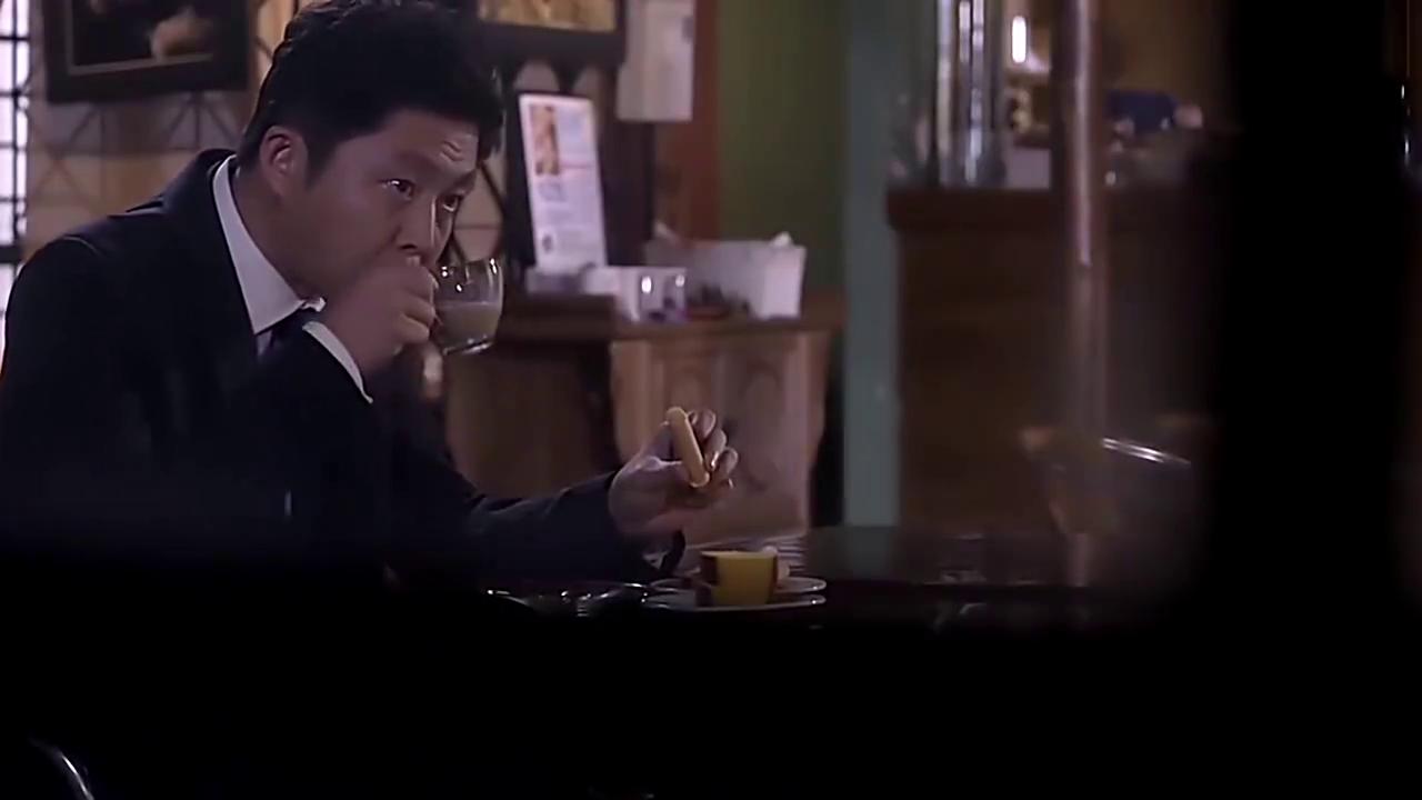 坐在街角咖啡店的默笙为什么等以琛离开了才去事务所?