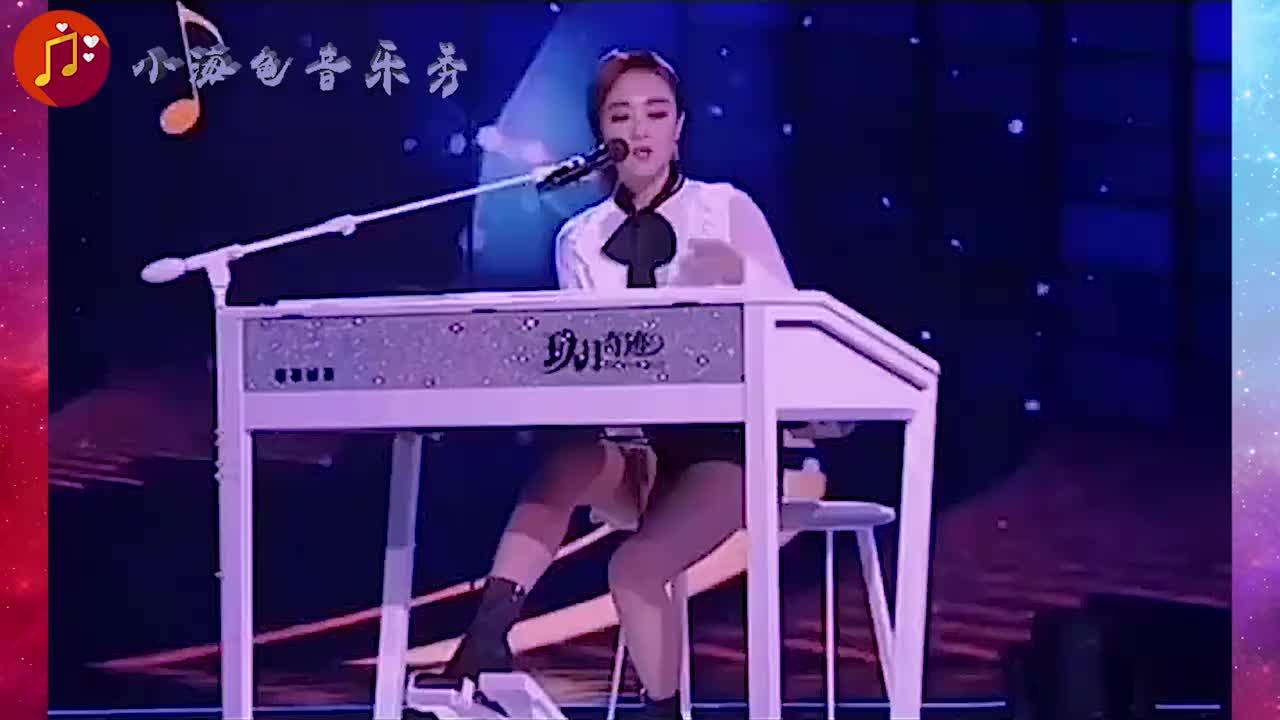 王小玮真是神了,竟挑战多个双排键,前奏一响全场欢呼!