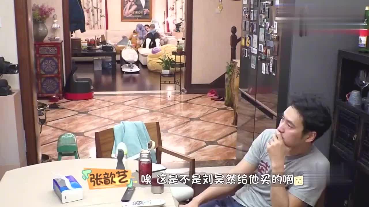 张歆艺宝宝太喜欢刘昊然送的娃娃,抱着不放手,太会讨孩子欢心!