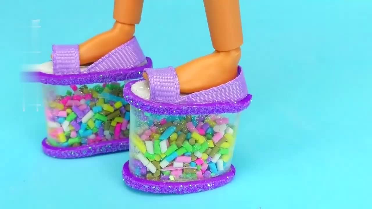 给芭比娃娃做迷你高跟鞋、发夹等,小巧可爱招人喜欢,手工DIY