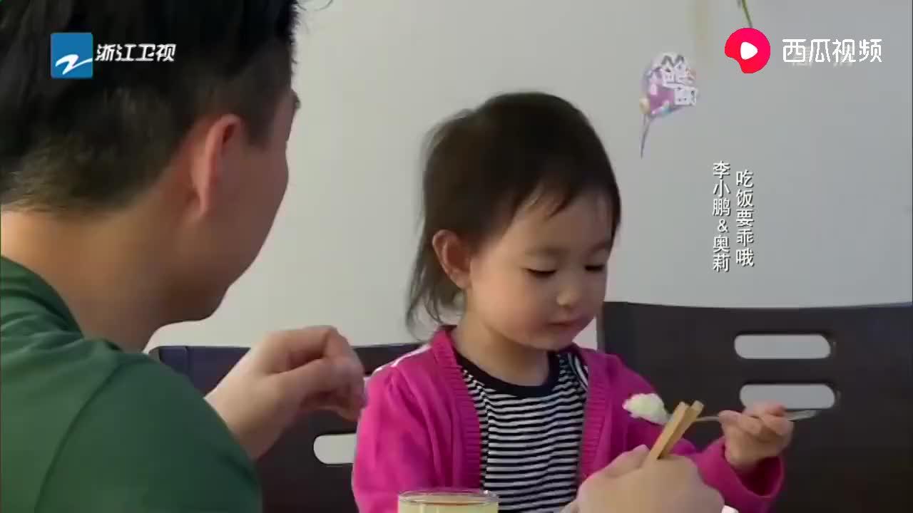李小鹏带奥莉看爷爷奶奶,饭桌上满满都是对孙女的宠爱