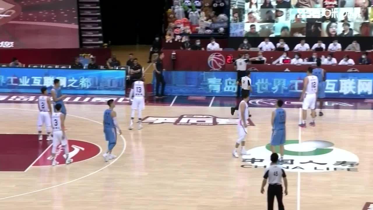 解立彬挑战广东24秒违例,回看认定赵睿出手没有碰篮筐,回表。