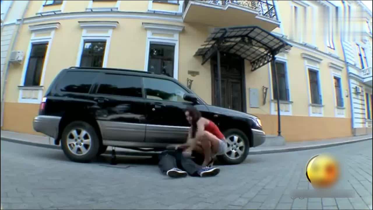 女子弄个假肢放车底,把路人整蛊得尖叫了