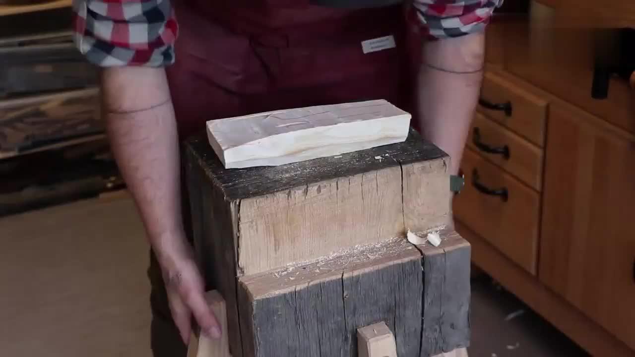 老师傅雕刻一把木铲,这手艺真是绝了,看他干活简直就是享受