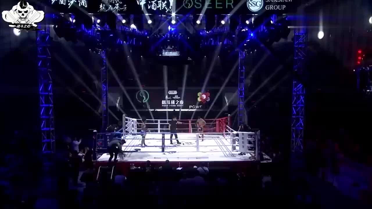 中国搏击天才张成龙上台,黑人拳手被轻轻一拳KO,趴地上起不来