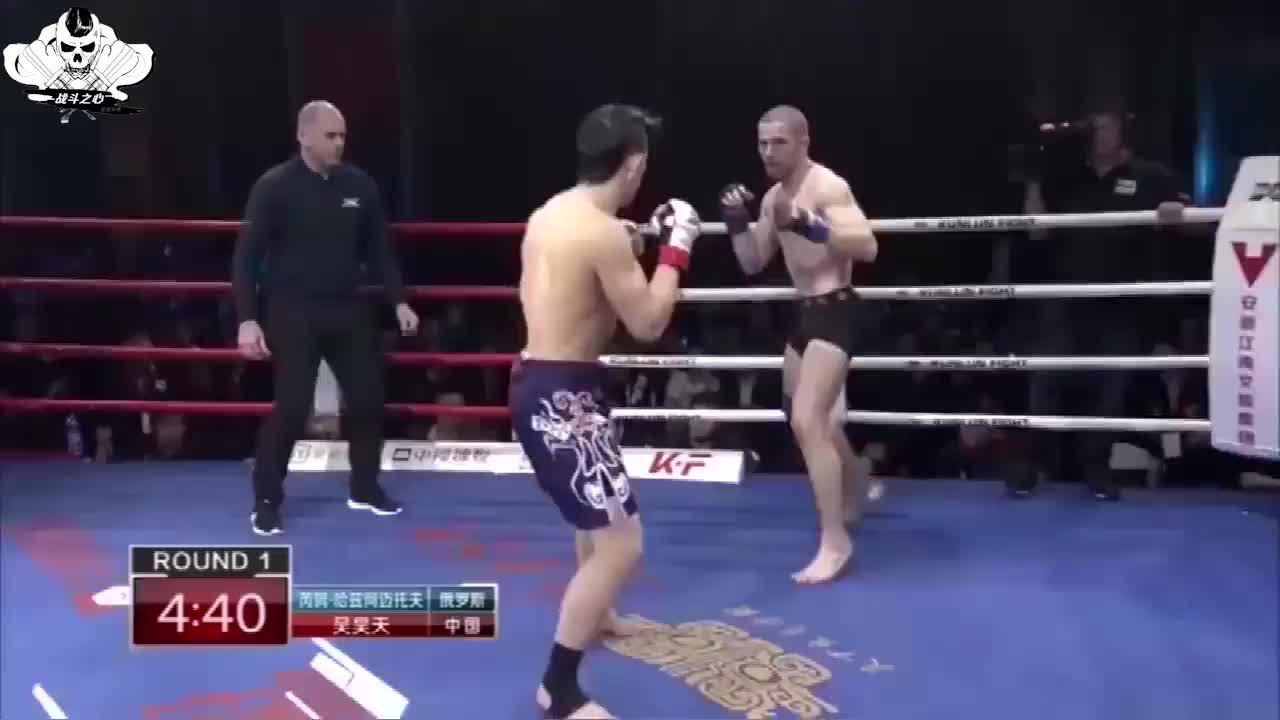 中国吴昊天3次跳上后背怒锁喉,俄罗斯拳王3次自杀式前空翻头撞地